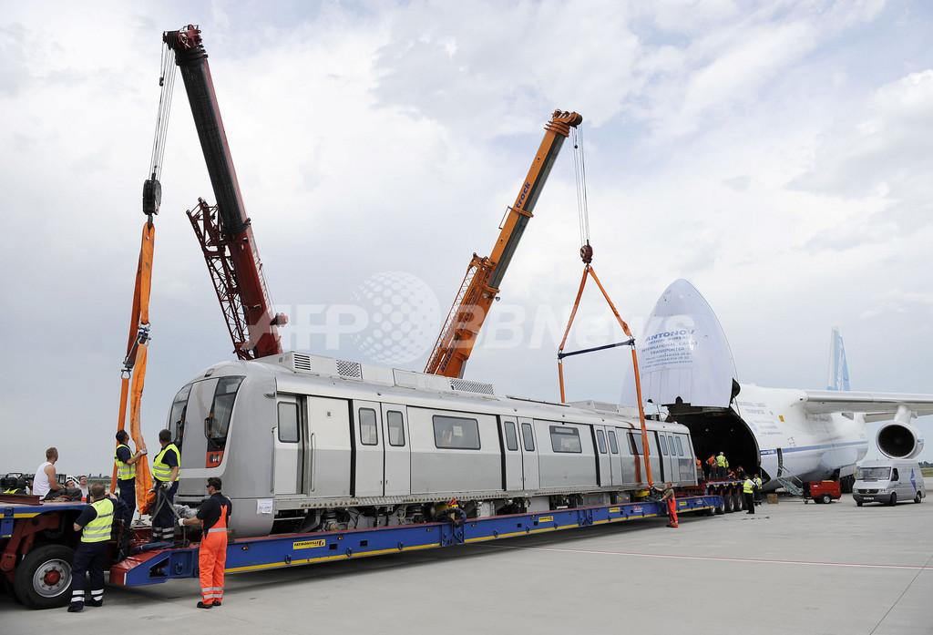 貨物機に飲み込まれる地下鉄、空路インドへ輸送