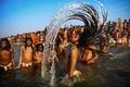 2000万人以上が聖なる川で沐浴、世界最大の宗教祭「クンブメーラ」 印