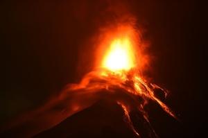 グアテマラ・フエゴ火山が再噴火、約3000人避難