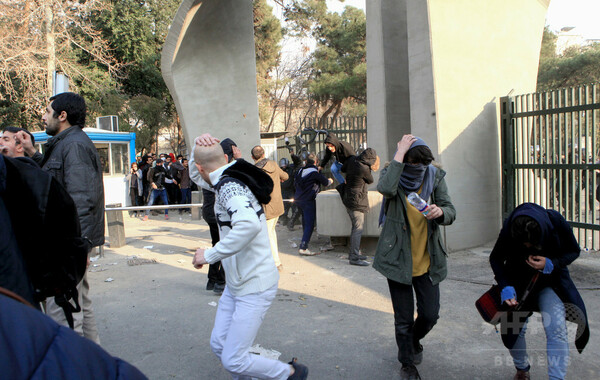 イランで反政府デモ続く 2人死亡、ソーシャルメディア遮断