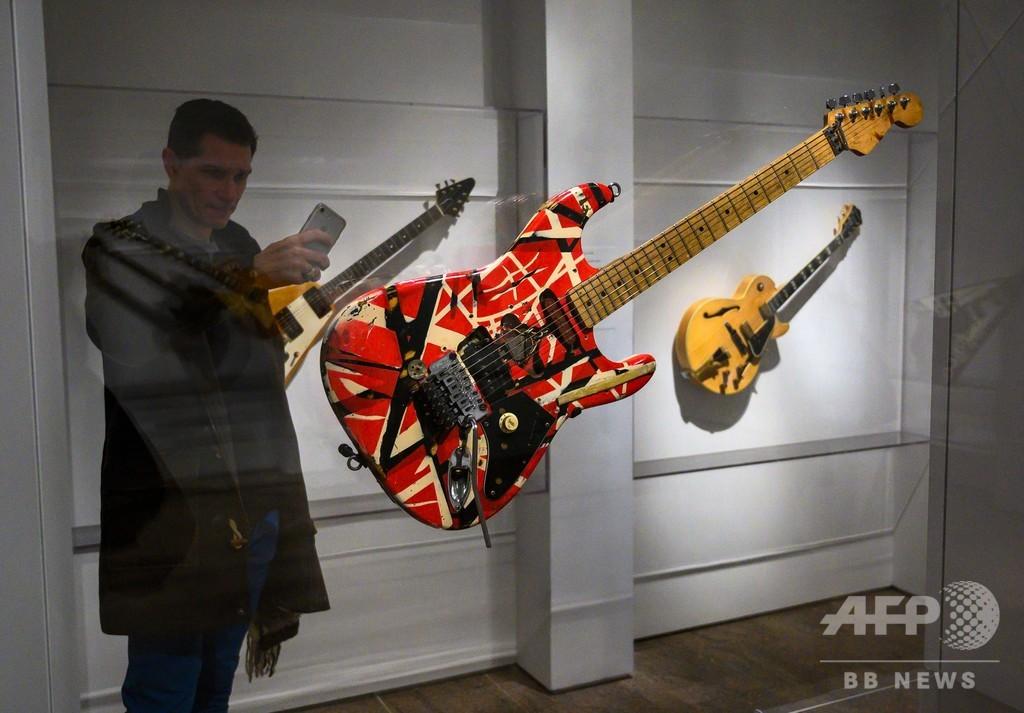 有名ミュージシャンたちの愛器がずらり、米NYの美術館で展示会