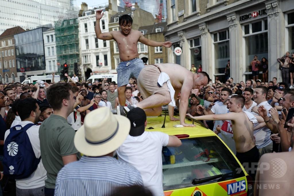 4強入りのイングランドはお祭り状態、ビール飛び交いファンは裸に