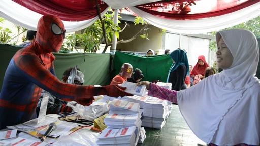 動画:投票率アップ!? インドネシア大統領選、投票所でスーパーヒーローお出迎え