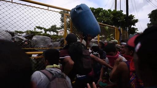 動画:メキシコ・グアテマラ国境で移民と警察が衝突、エルサルバドルでもキャラバン結成