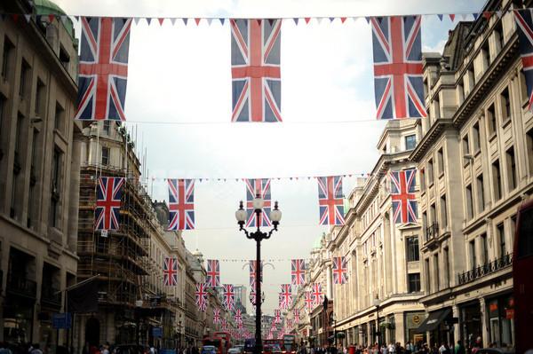 英国旗でいっぱいの目抜き通り、ロイヤルウエディングで