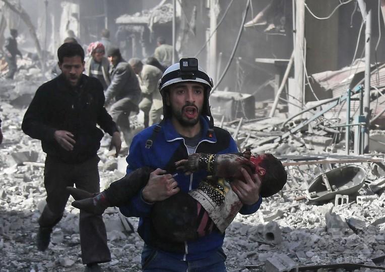 シリア首都近郊で爆撃激化、77人...