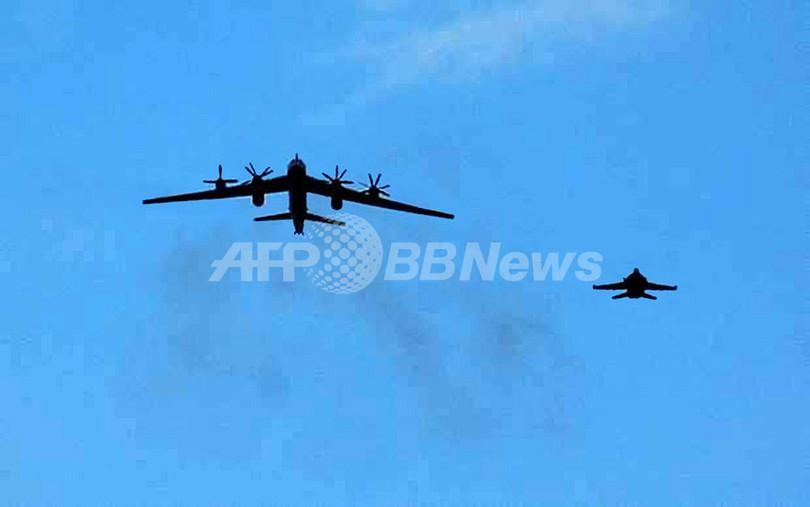 米海軍、空母上空を低空飛行したロシア爆撃機の写真を公開
