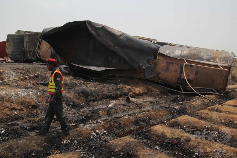 タンクローリーが横転し炎上、139人死亡 パキスタン