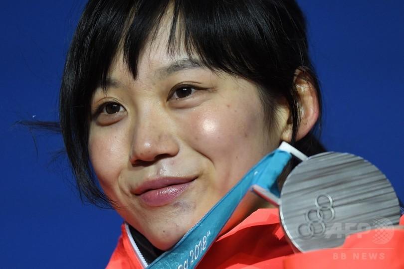 銀メダルを授与された高木美帆、スピードスケート女子1500m