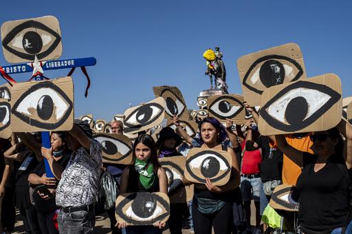 【今日の1枚】「真実」の目を守れ、チリ反政府デモ