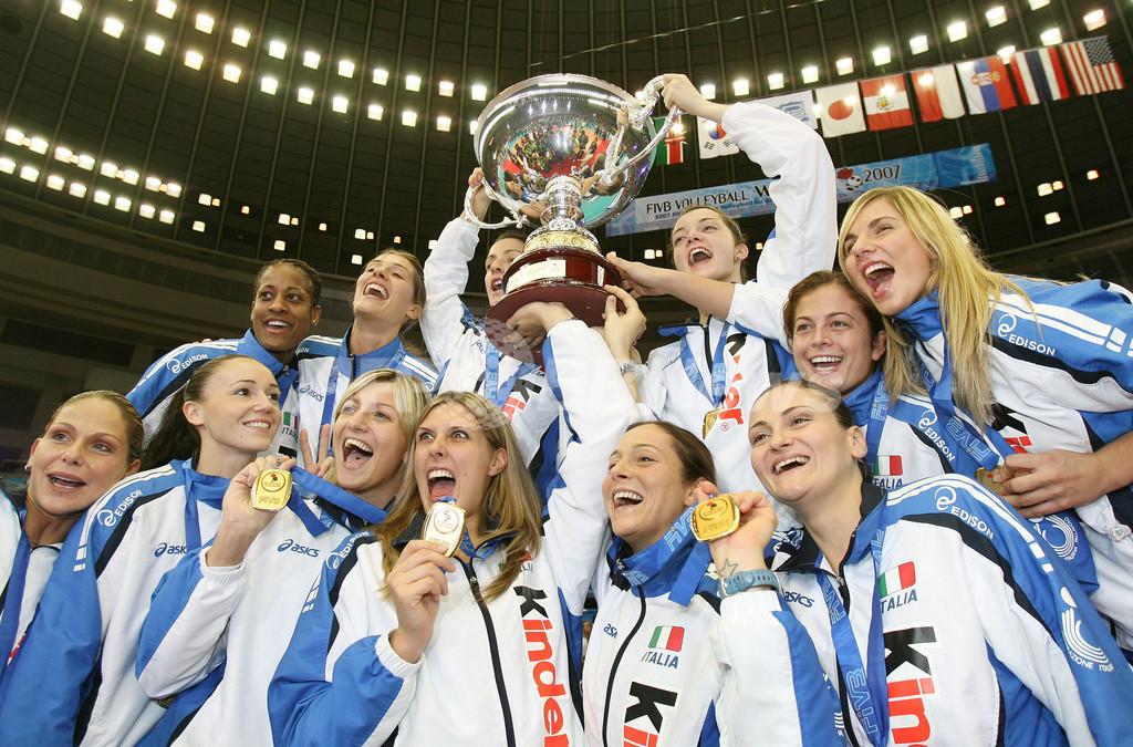女子イタリア代表 表彰式で初優勝に歓喜