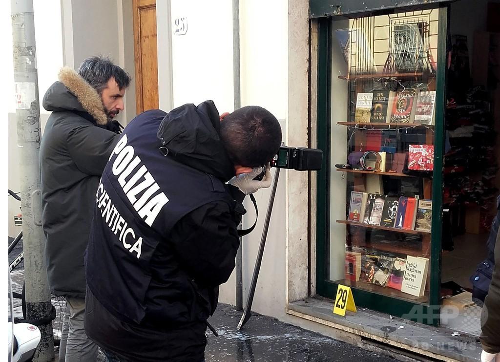 イタリア極右系書店前で爆発、警官1人が片目と片腕失う