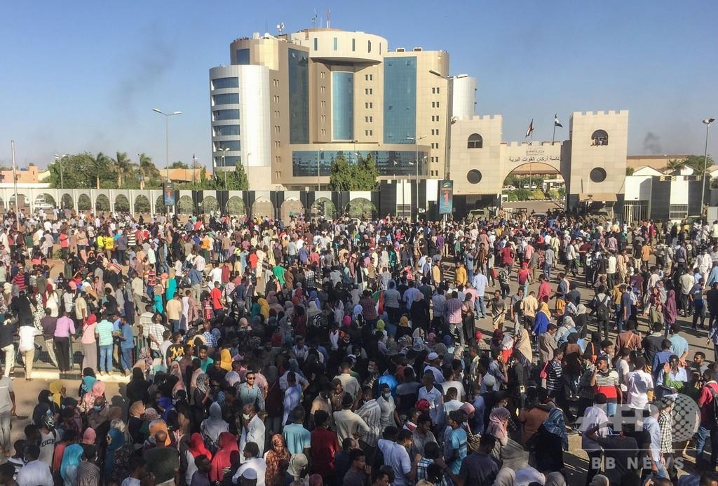 スーダンの反政府デモ、初めて軍本部前に到達 「国民の側に付け」と軍に要求