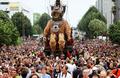 フランス西部で現代美術祭、巨大操り人形が練り歩く