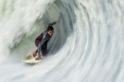 ダイナミックで迫力満点、人工の波に乗るフローライダー チリ