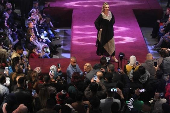 バグダッドでファッションショー、地元デザイナーが新作披露