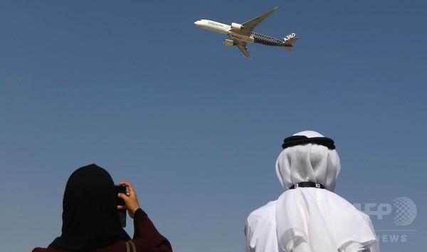 ドバイ航空ショー開幕、華麗なアクロバット飛行