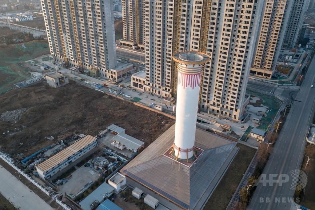 大気汚染対策の新兵器? 煙突似の巨大空気清浄装置、中国で設置