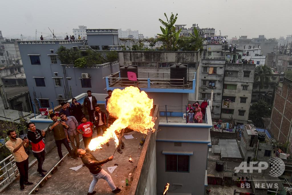 【今日の1枚】屋上が特等席、火吹き芸にたこ揚げ