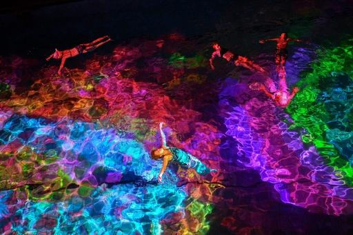 水に色彩を、サンゴ保護をアートで訴え スイス