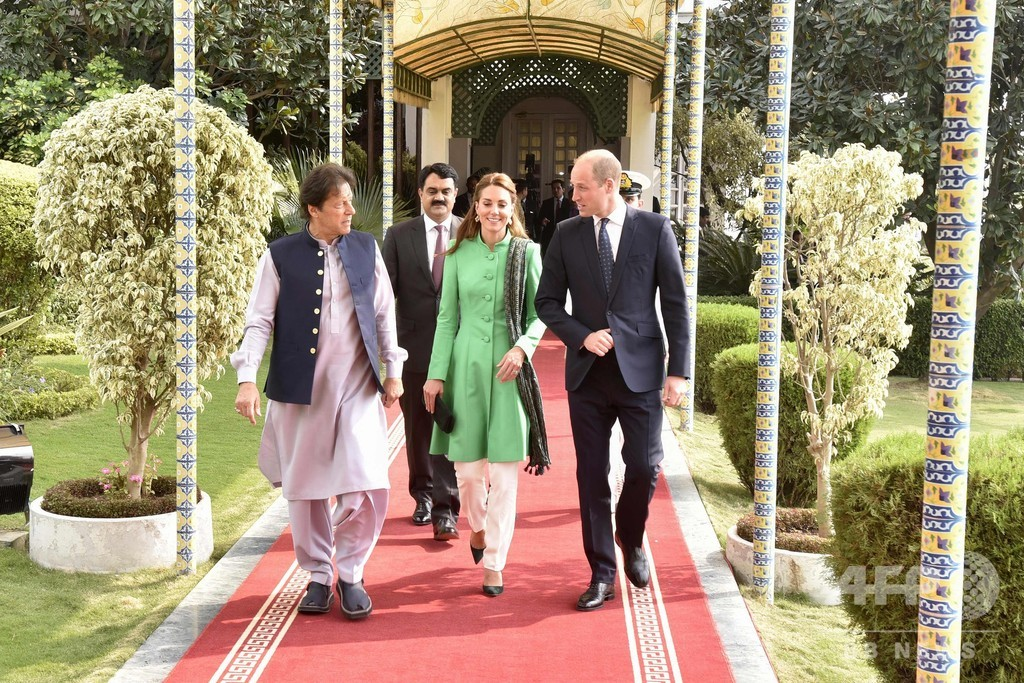パキスタン訪問中のウィリアム英王子夫妻、カーン首相と笑顔で会談