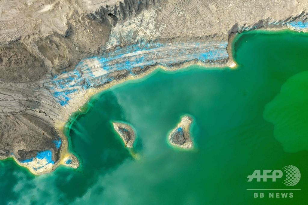 貯水池のエメラルド色は有害廃棄物、人への脅威に チリ