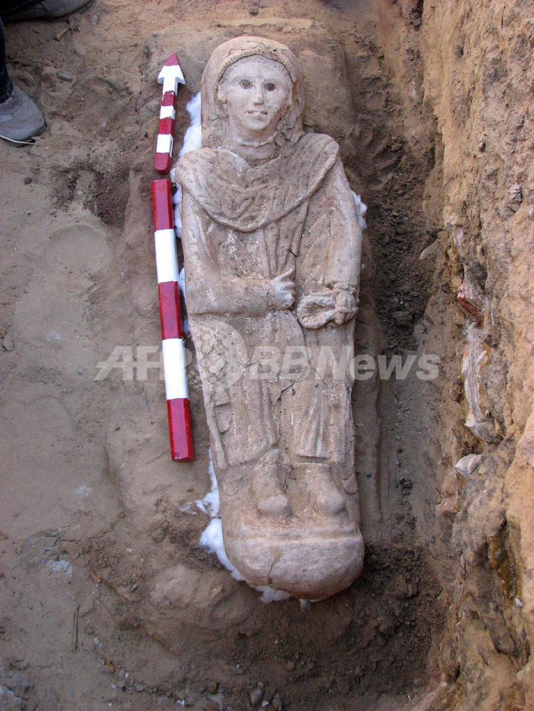 ローマ時代の女性ミイラを発掘、石こう製マスクや金板も エジプト