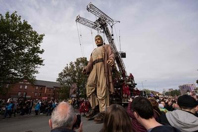 「リバプールの夢」、港町を練り歩く巨大操り人形