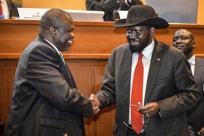 南スーダン内戦、最終和平協定に調印 大統領と反政府リーダー