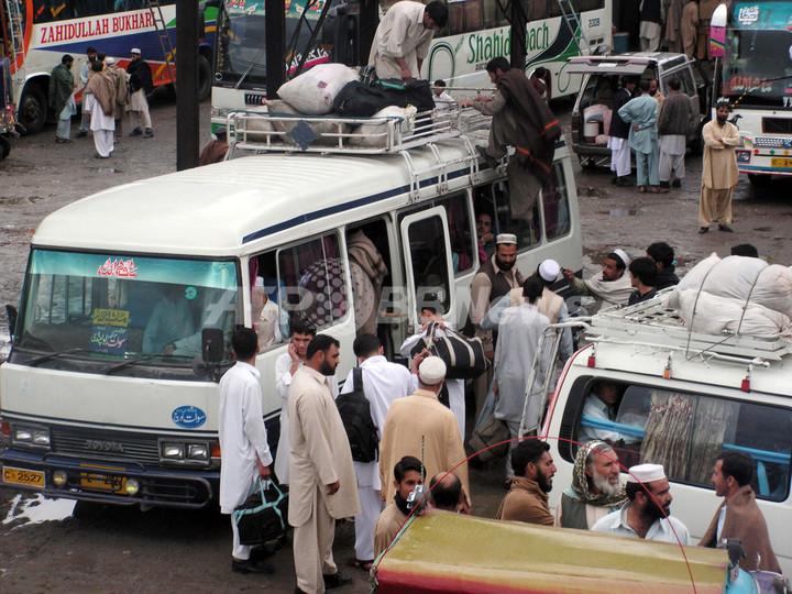 パキスタン・スワト渓谷から住民4万人が避難、和平協定は崩壊寸前