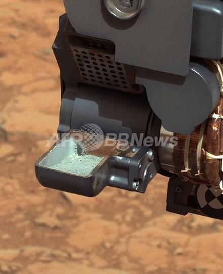 火星の赤い地表の下に灰色の岩、NASA探査車が発見