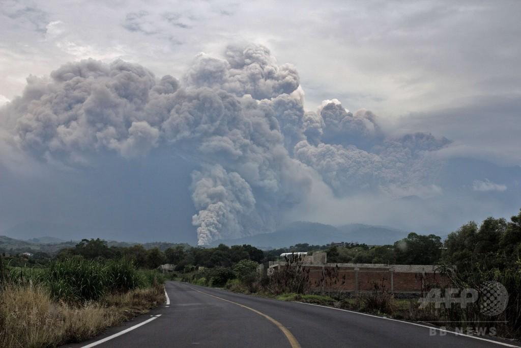 メキシコのコリマ山噴火、近隣住民避難 5キロ圏内立ち入り禁止