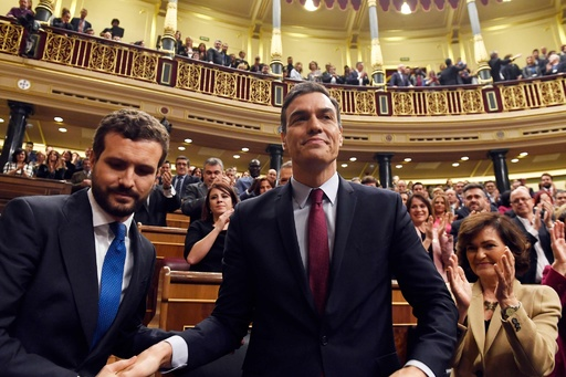 スペインのサンチェス首相続投、急進左派と連立へ