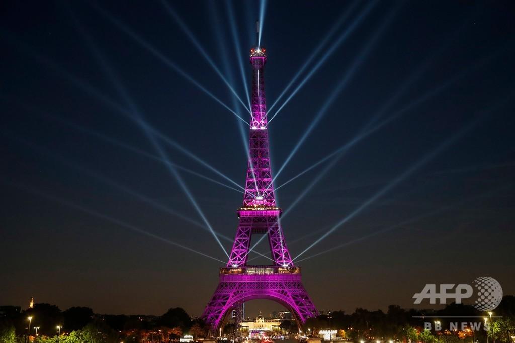 エッフェル塔130周年 記念の「光のショー」、鮮やかに