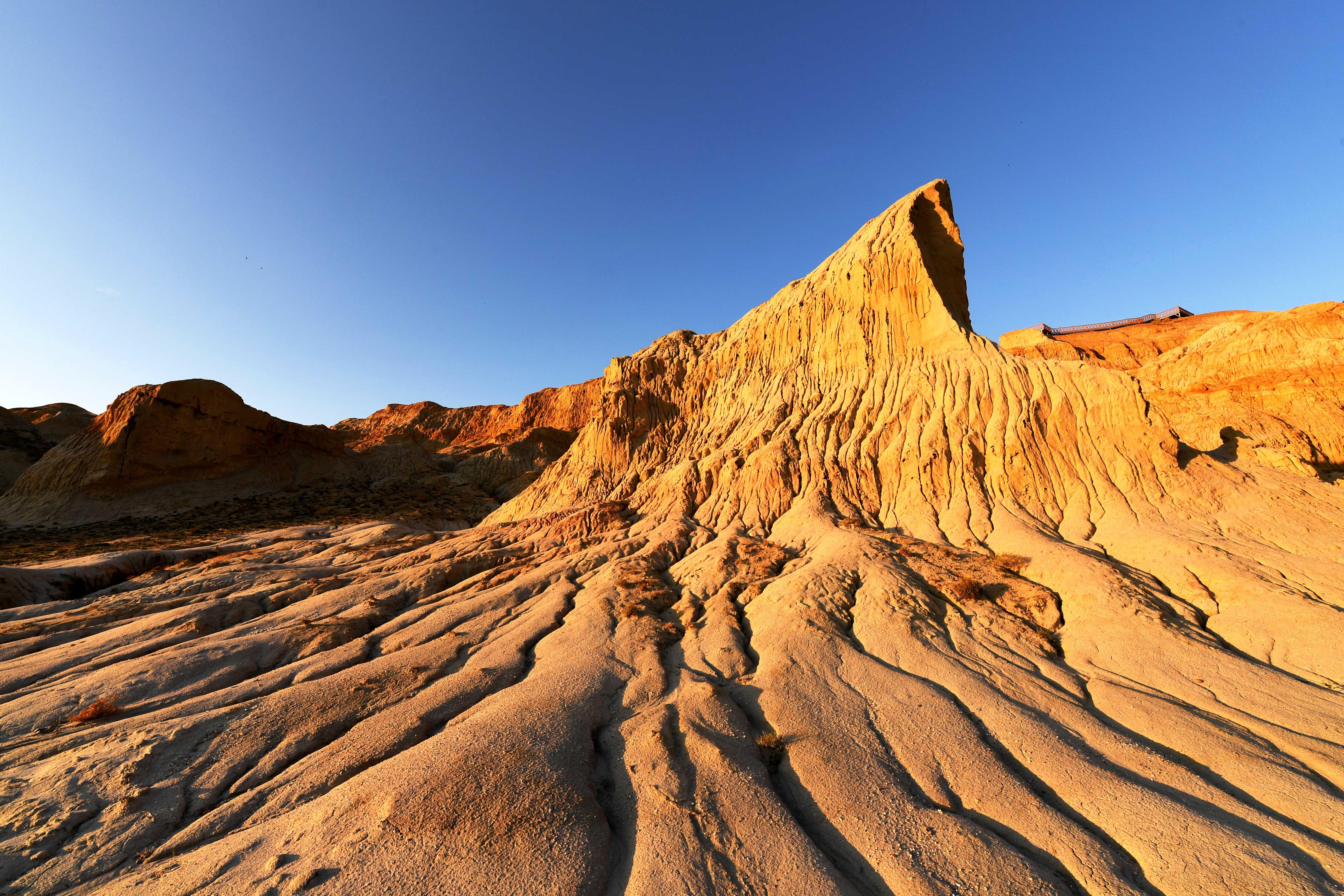 風食がつくり上げた「海上魔鬼城」 新疆ブルルトカイ県
