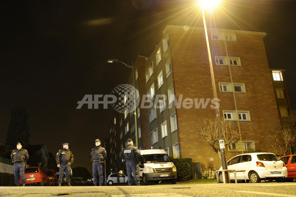 仏連続銃撃事件、容疑者立てこもり現場で爆発音