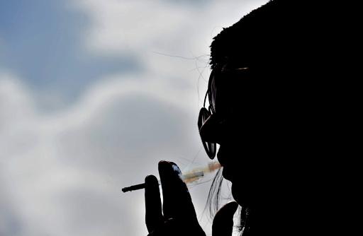 喫煙で自由を「まっとう」、公共の場でたばこを吸う女性たち サウジ
