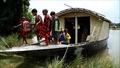 動画:洪水でも勉強できる「水に浮かぶ学校」、バングラデシュ