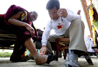 チベットの医療機関、10年間で診療者300万人増 課題は医療人材