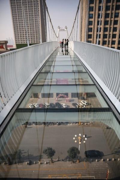 歩くと「ひび」が…地上30メートルのガラス橋 中国