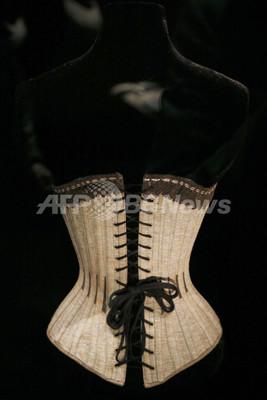 下着の世界追求した展覧会「下着の力学展」、パリ装飾美術館で11月24日まで