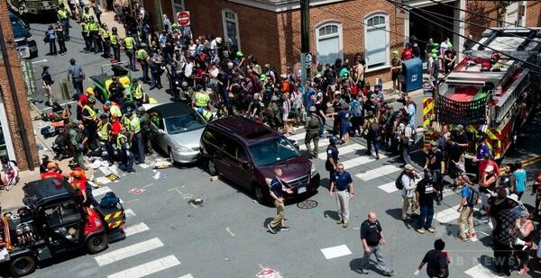 米で白人主義者らと反対派が衝突、車突入などで3人死亡 35人負傷