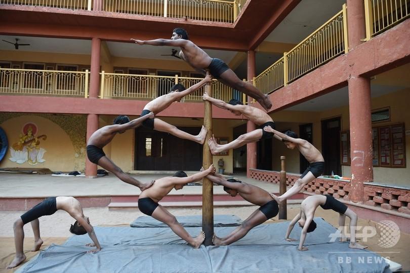 インド伝統の体操競技「マラカーンブ」