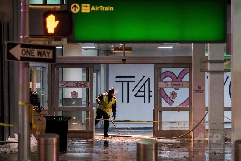 NY空港ターミナルが水浸し、記録的寒波の影響か