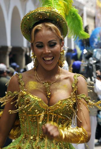 オルロのカーニバル、伝統舞踊を披露 ボリビア