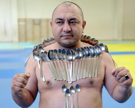 グルジアの「磁石男」がギネス更新に挑戦、体にスプーン53本