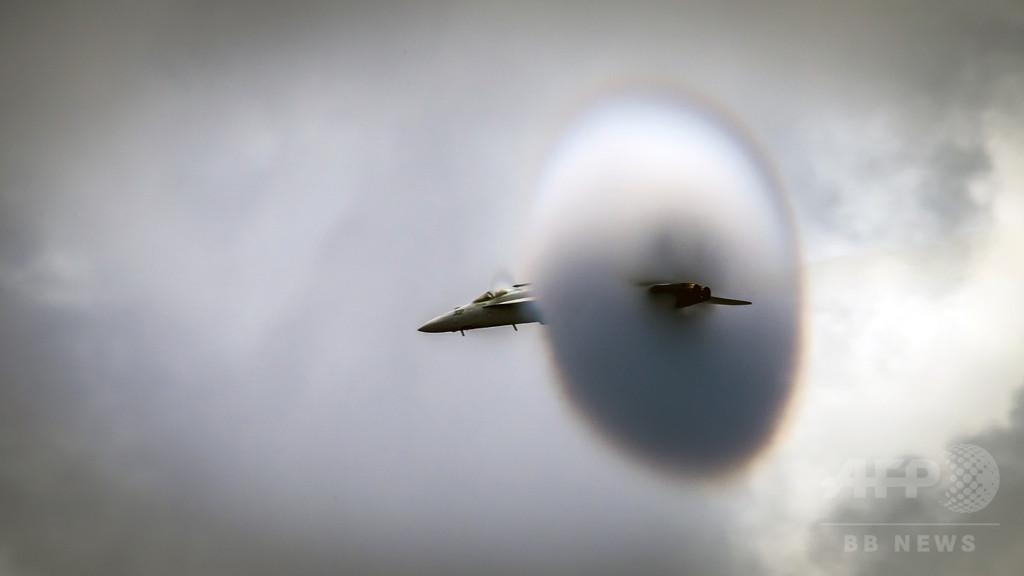 戦闘機の超高速飛行で円すい型の雲、米海軍が決定的瞬間を公開