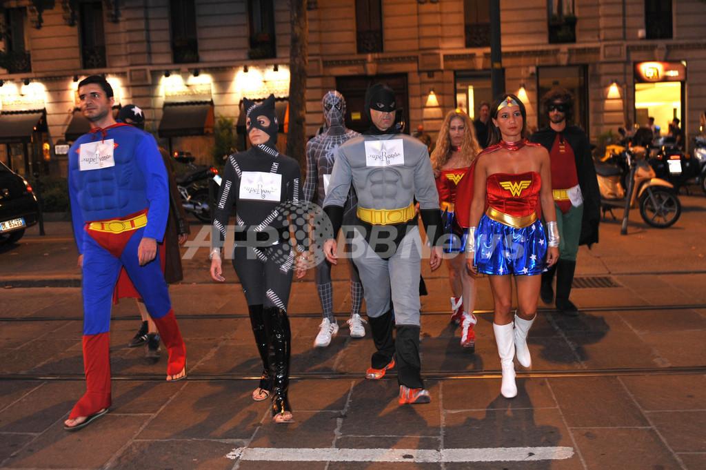 不法移民への厳罰化に抗議、ミラノにスーパーヒーロー警備隊