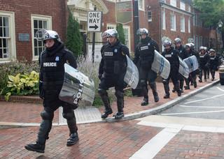 銃所持の黒人男性に発砲せず解雇された警官、市と示談成立 米