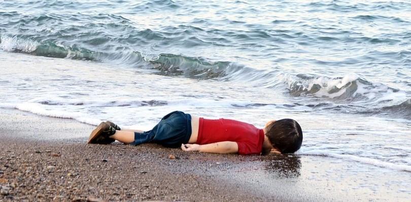 水死した男児の写真、シリア難民からは激しい怒りの声